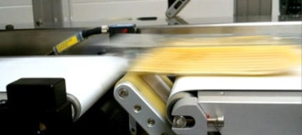 Fast and precise labelling from below belt applicator